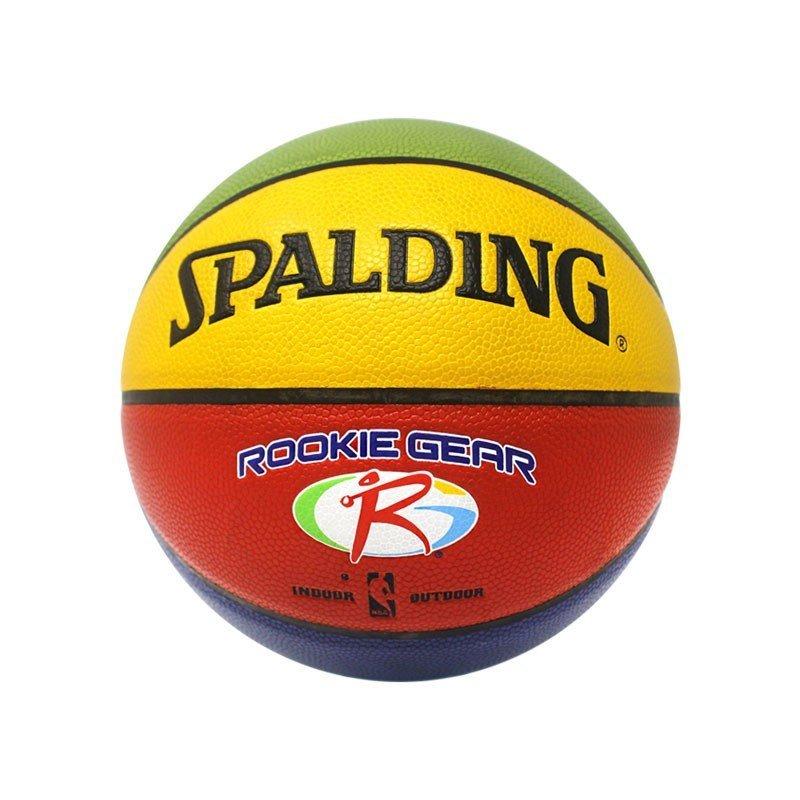 Implementos deportivos como el balón de baloncesto spalding rockie están disponibles en deportes regol