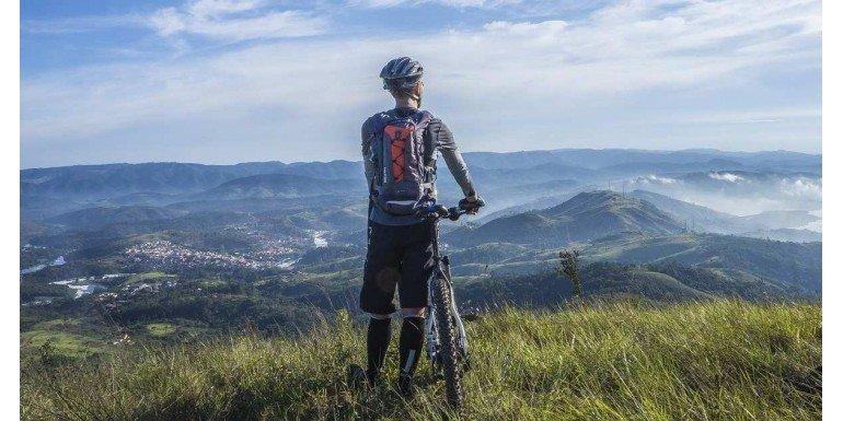 Deportista practicando en Bicicleta de montaña Disponible en Tiendas Deportivas