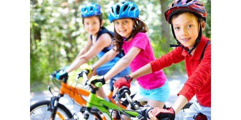 Niños practicando Deporte en Bicicletas con Accesorios Deportivos