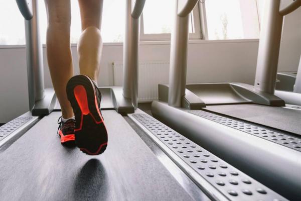 Deportista practicando Running, un deporte que te ayudará a quemar grasa