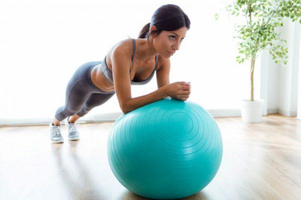 la bola de fitball es uno de los implementos para hacer deporte en casa